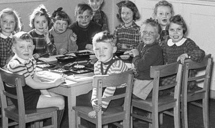 Kinder in einem Heim 1948. Foto: Hans Lachmann / Deutsches Bundesarchiv / Wikimedia Commons