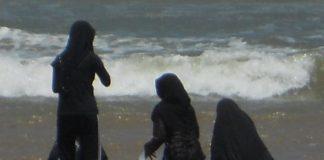 Muslimische Mädchen beim Baden am Strand. Foto: Michael Coghlan / flickr (CC BY-SA 2.0)