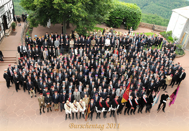 Gruppenfoto uniformierter Vertreter von Burschenschaften