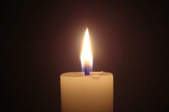 Mit Kerzen gedenken die Menschen des verunglückten Kindes. Foto: Arivumathi / Wikimedia Commons (CC BY-SA 3.0)