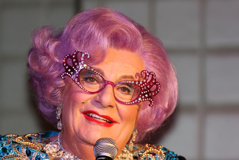 Weiblich? Männlich? Was macht das schon? Der Komiker Barry Humphries alias Dame Edna. Foto: Eva Rinaldi / Wikimedia Commons(CC BY-SA 2.0)