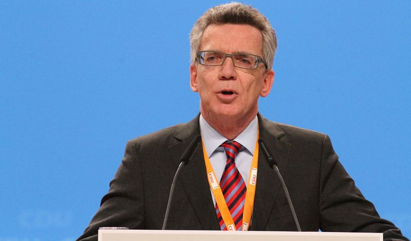 Improvisation ist in den Schulen gefordert, meint Innenminister Thomas de Maizière (CDU, Foto vom CDU-Bundesparteitag im Dezember). Foto. Olaf Kosinsky / Wikimedia Commons (CC BY-SA 3.0 DE)