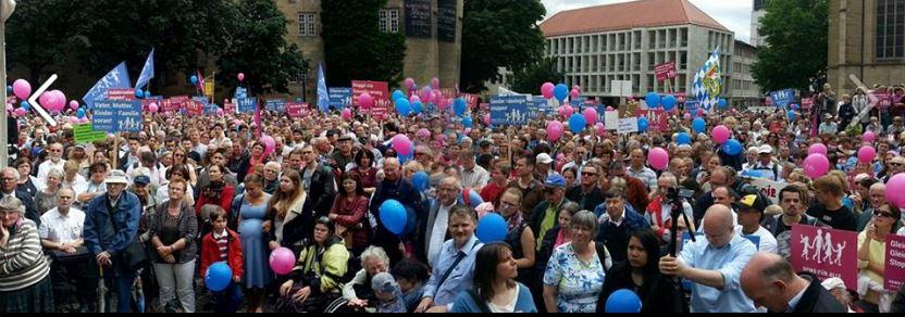 Mehr als 4000 Menschen demonstrierten heute in Stuttgart gegen den Aktionsplan der Landesregierung. Foto: Demo für alle