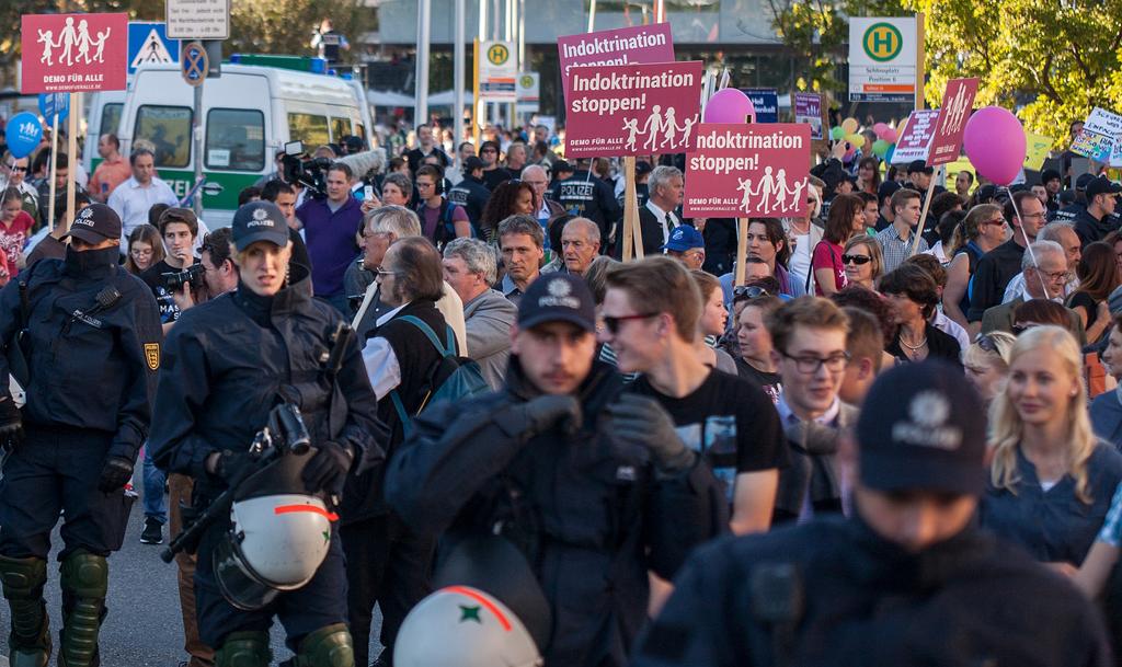 Das Bild zeigt eine Szene aus einer Demonstration am 19. Oktober 2014 in Stuttgart. Foto: Demo für Alle / flickr (CC BY-SA 2.0)