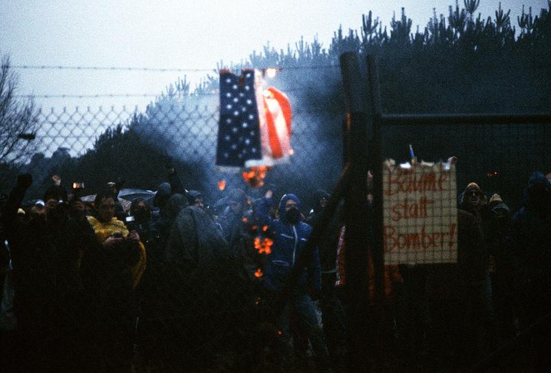 Anfang der 80-er Jahre war die Stimmung wegen der geplanten Stationierung von Pershing-II-Atomraketen aufgeheizt - hier Demonstranten vor der Rhein-Main-Air-Base 1982. Foto: MSGT Don Sutherland / Wikimedia Commons