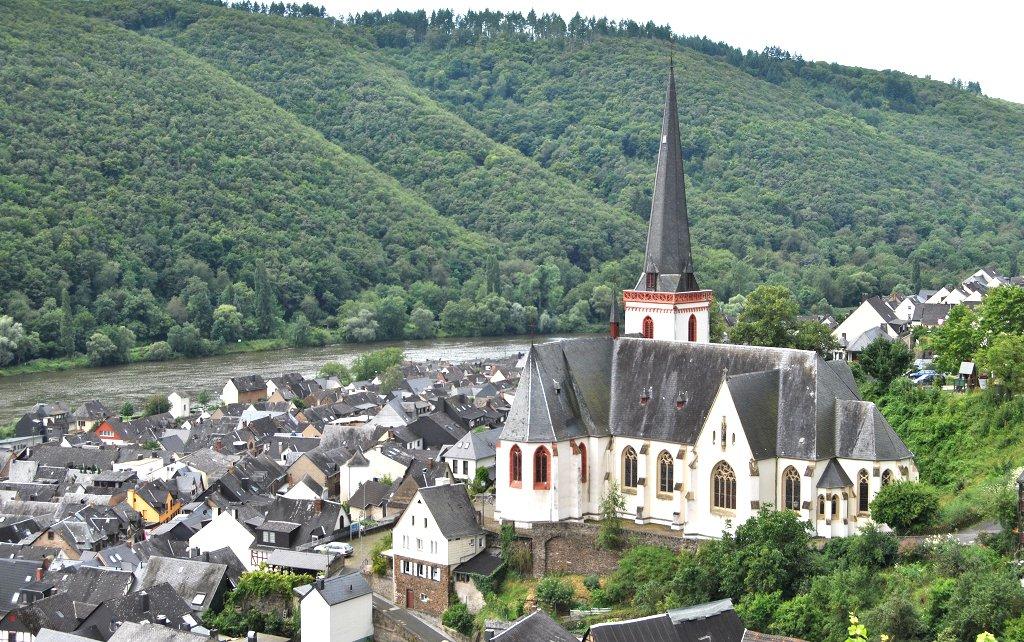 Der 1200-Einwohner Ort Klotten: Idyllisch an der Mosel gelegen, doch bald wohl ohne eigene Grundschule. Foto: Steffen Schmitz (Carschten) / Wikimedia Commons, (CC BY-SA 3.0 de)