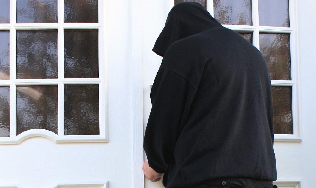 Einbrecher - Die meisten jugendlichen Intensivtäter blieben nicht kriminell. Foto: Rike / pixelio.de
