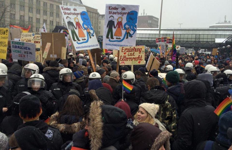 Die Polizei trennte Demonstranten und Gegen-Demonstranten. Foto: Klaus Karn / https://de-de.facebook.com/events/1537128849861549/