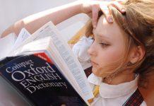 Schüler, die frühzeitig bilingualen Unterricht erhalten, sind ihren Altersgenossen offenbar nicht nur fremdsprachlich voraus. Foto: libellule789 / Pixabay (CC0 1.0)