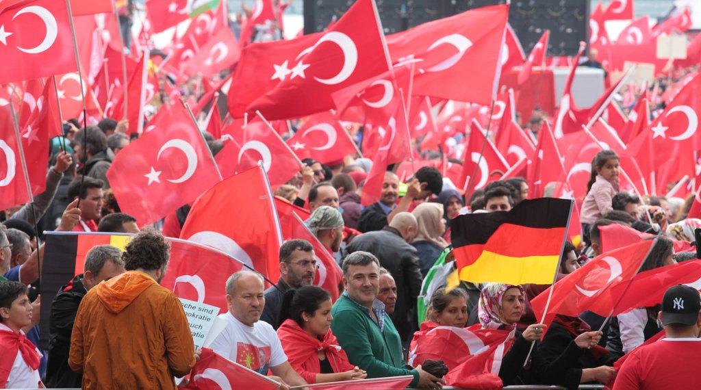 Der türkische Präsident Erdogan hat auch in Deutschland zahlreiche Anhänger (Das Bild zeigt eine Großdemonstration in Köln im Juli 2016). Foto: Andreas Trojak / flickr (CC BY 2.0)