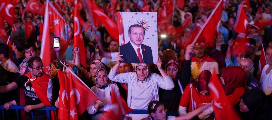 Unterstützer von Präsident Erdogan in Istanbul nach dem gescheiterten Putschversuch. Foto: Mstyslav Chernov / flickr (CC BY-SA 4.0)