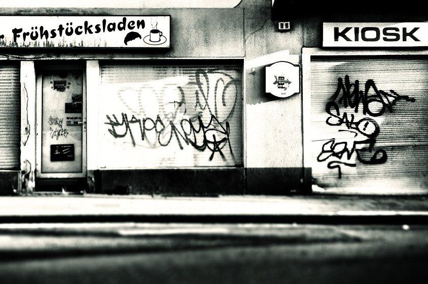 "Bonjour Tristesse: Straßenszene in Essen-Katernberg nörlich des ""Wohlstandsäquators"" A40. Foto: Michael Sonnabend / flickr (CC BY-SA 2.0)"