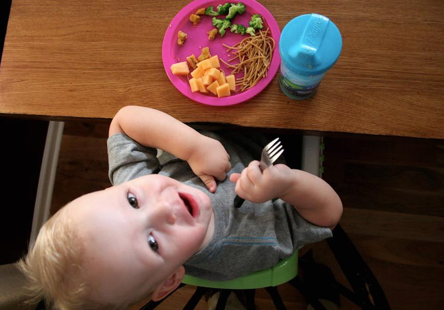 Kinder können schon frühzeitig gutes Benehmen bei Tisch lernen, Foto: makelessnoise / flickr (CC BY 2.0)