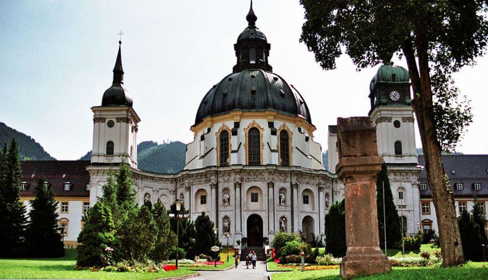 Trügerisches Idyll: Kirche des Klosters Ettal. Foto: Bjs / Wikimedia Commons (CC BY-SA 3.0)