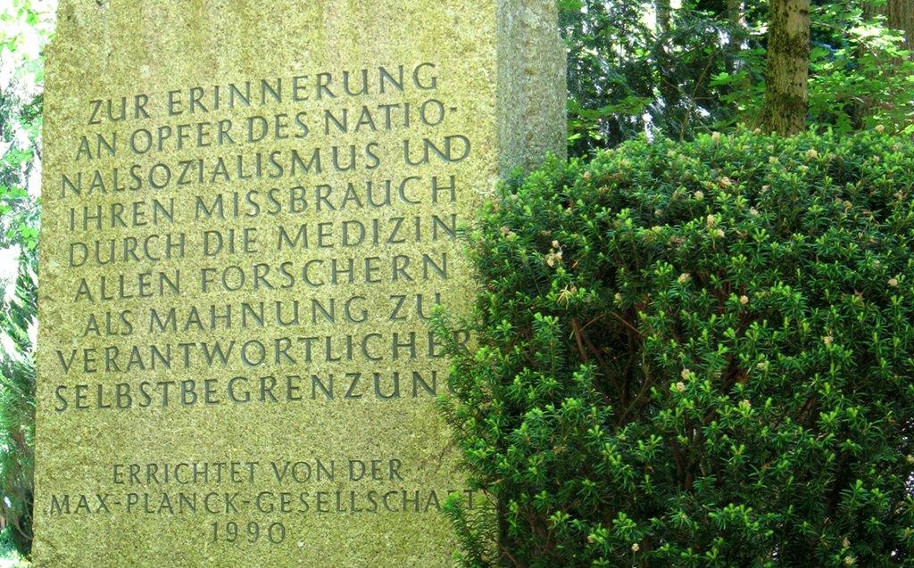 Gedenkstein für die Opfer des NS-Euthanasie-Programms auf dem Münchener Waldfriedhof. Foto: Cholo Aleman / Wikimedia Commons (CC BY-SA 3.0)