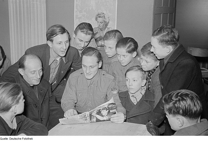 Pionierleiter gehörten zu DDR-Zeiten der FDJ an. Foto (von 1952): Rössing / Deutsche Fotothek / Wikimedia Commons (CC BY-SA 3.0 DE)