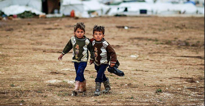 300.000 Flüchtlingskinder, so schätzt die KMK, werden 2015 die deutschen Schulen erreichen. Das Foto zeigt Jungen vor einem Flüchtlingscamp in Syrien. Foto: Freedom House / flickr (CC BY 2.0)