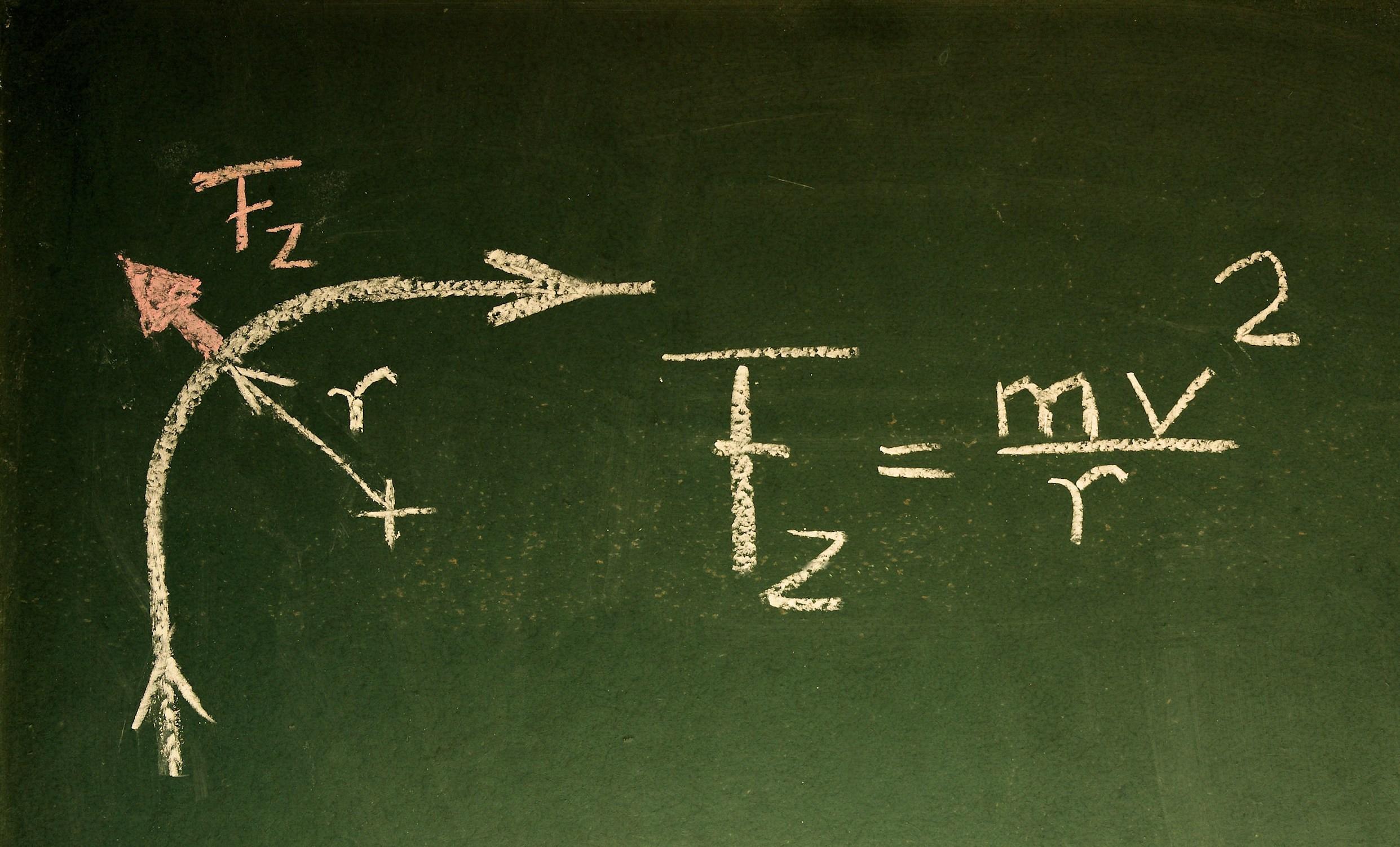 physikalische Formel auf einer Tafel