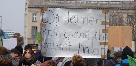 """""""Wir lernen erst, wenn ihr gelernt habt"""": Jugendliche Teilnehmer einer """"FridaysForFuture""""- Demonstration in Berlin. Foto: C.Suthorn / Wikimedia Commons (CC BY-SA 4.0)"""