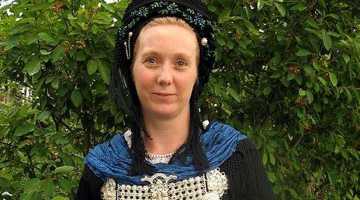 Dame in friesischer Tracht (genauer: von der Insel Föhr) Foto: Amras wi / wikimedia commons
