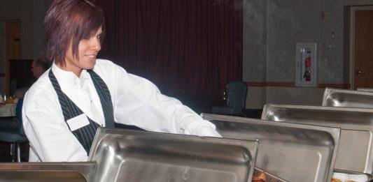 Viele Jobs in der Gastronomie sind nicht besonders beliebt bei Jugendlichen. Foto: Jason Wiese / U.S. Air Force (p.d.)