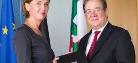 Am vergangenen Freitag erhielt Yvonne Gebauer ihrer Ernennungsurkunde zur NRW-Schulministerin von Ministerpräsident Armin Laschet. Foto: Land NRW/R. Sondermann