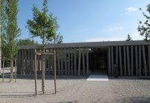 Bislang sind nur Gymnasiasten und Realschüler in Bayern zum Besuch einer Gedenkstätte verpflichtet. (Besucherzentrum der Gedenkstätte Dachau - Foto: Schlaier / Wikimedia Commons (CC BY 3.0))