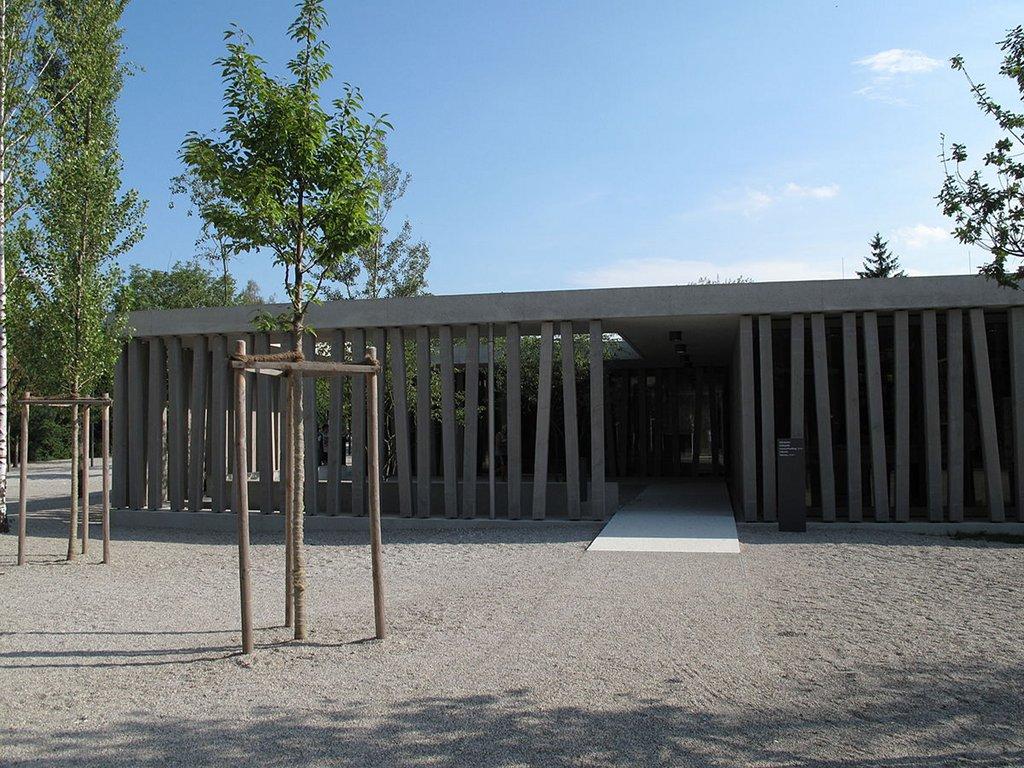 Der Besuch einer Gedenkstätte soll nach Ansicht von Kulturstaatsministerin Grütters verpflichtender Teil der Lehrerausbildung in Geschicht und Geisteswissenschaften werden. (Besucherzentrum der Gedenkstätte Dachau) Foto: Schlaier / Wikimedia Commons (CC BY 3.0)