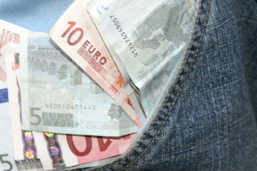 Mehr Geld - fordern die Gymnasiallehrer für sich. Foto: S. Hofschlaeger / pixelio.de