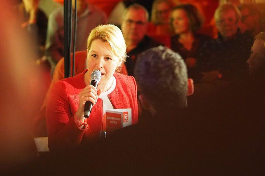 Franziska Giffey mit Mikrofon vor Zuschauern - Will erst einmal ihre aufgaben erfüllen: Familienministerin Franziska Giffey. Foto: SPD Schleswig-Holstein / flickr (CC BY 2.0)