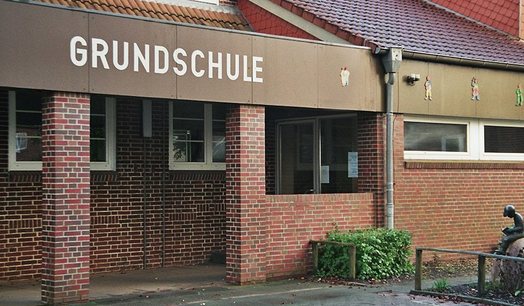 Grundschuleingang - Baden-Württembergs Landesregierung zielt darauf ab, in einigen Jahren 70 Prozent der Grundschulen und Grundstufen der Förderschulen zu Ganztagsschulen umzuwandeln Foto: WikiTour 2005 (CC BY-SA 3.0)