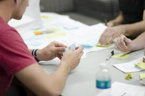 Gut ausgebildete Schulpsychologen können die Gruppendynamik an Schulen erheblich verbessern. Foto: StartupStockPhotos / pixabay (CC0)
