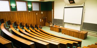 Leerer Hörsaal Universität Semester (c) shutterstock / Paul.J.West