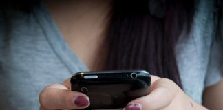 Bei der Nutzung von Computerspielen und Internet zeigen sich bei Jugendlichen deutlich Geschlechtsunterschiede, die Mädchen anfälliger für Internetsucht machen als die Jungen. Foto: Jhaymesisviphotography / flickr (CC BY 2.0)