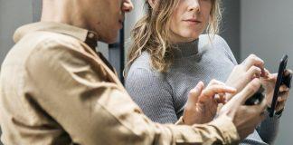 Die Kombination aus komplexen Arbeitsaufgaben, Lernen am Arbeitsplatz und zusätzlichen Weiterbildungsmaßnahmen fördert die Innovationsleistung in einem Unternehmen deutlich. Foto: rawpixel / Pixabay (CC0 1.0)