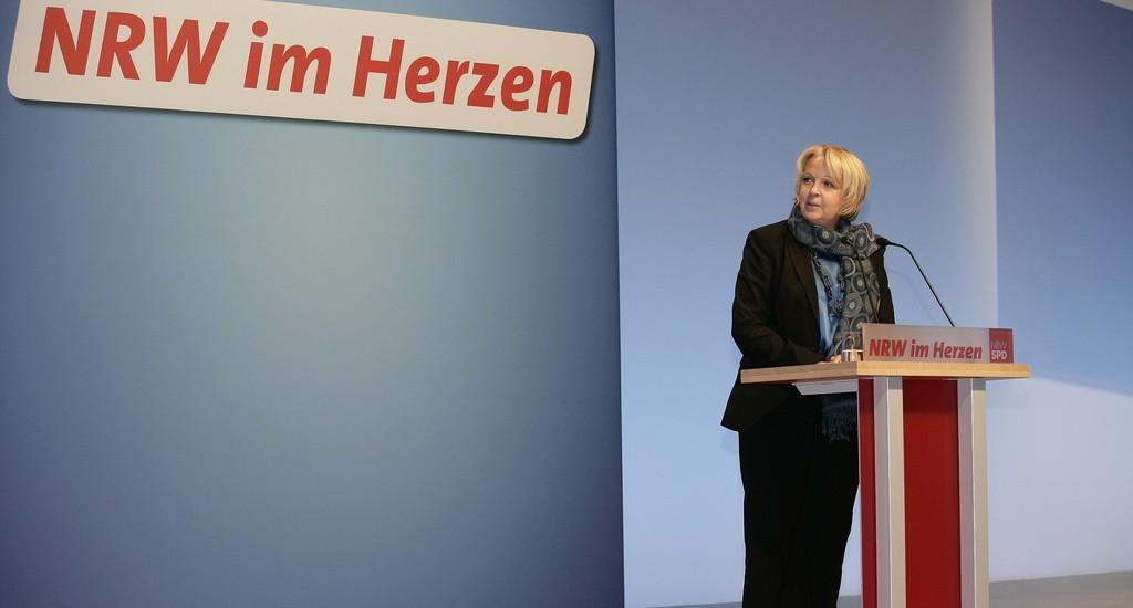 """""""Stärkere Schultern können mehr tragen als schwache"""": Hannelore Kraft, hier beim Landesparteitag der SPD in Münster, verteidigt die Sparpläne. Foto: NRW-SPD / flickr (CC BY-ND 2.0)"""