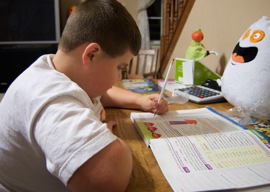 Wer sich täglich seine Hausaufgaben macht und auf dem neuesten Stand bleibt, hat später offenbar gute Chancen auf ein gutes Einkommen. Foto: Casey Fleser / Wikimedia Commons (CC BY 2.0)