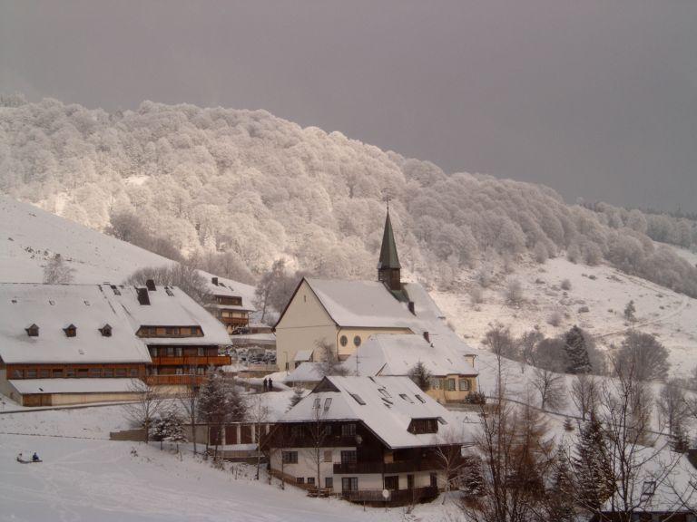 Hier, auf dem Berg Schauinsland, gibt es Gehöfte - und die kleinste Schule Baden-Württembergs. Foto: Meroth / Wikimedia Commons (CC BY-SA 3.0)