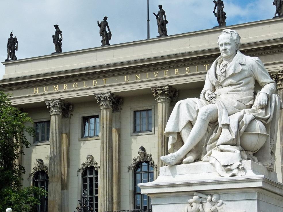 Was würde Humboldt von der heutigen Bildung denken? Humboldt-Denkmal vor der Berliner Humboldt-Universität. Foto: Dierk Schaefer / flickr (CC BY 2.0)