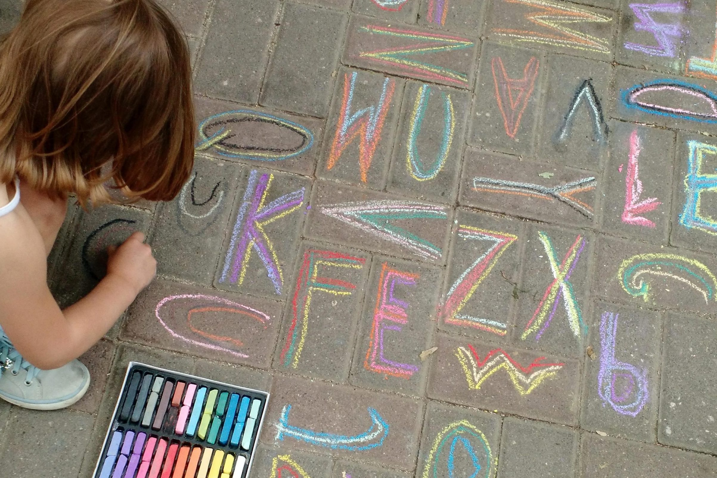 Kind schreibt mit Kreise Buchstaben