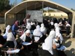 Motiviert: Mädchen in Schuluniform an der Kaloi-Ogeri-Schule (Christiane Althoff ist mittendrin). Foto: Althoff/GIZ