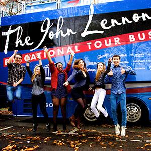 Macht offenbar Spaß, der Besuch des Busses. Foto: PR