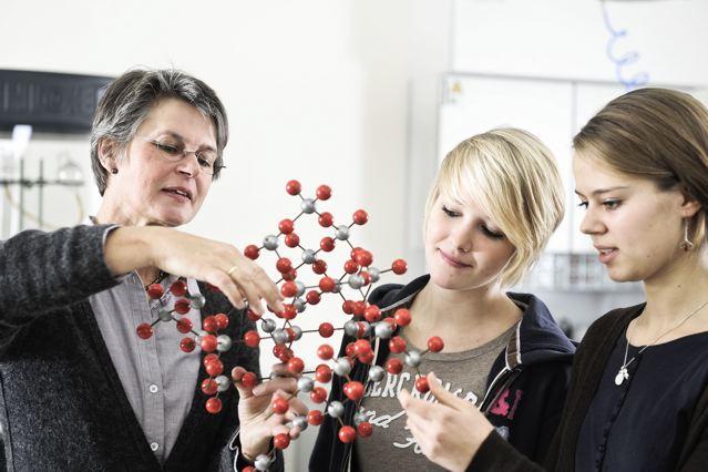 Bundesweit unterstützen mehr als 6.000 Betreuungslehrer die Nachwuchsforscher; Foto: Stiftung Jugend forscht e.V.