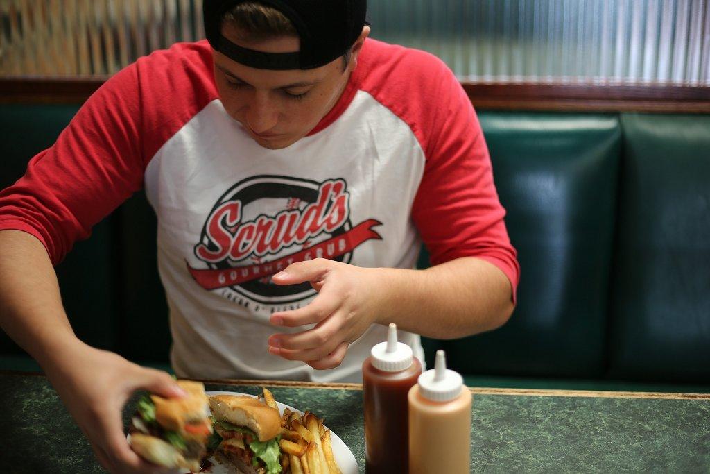 Spät essen = mehr Essen? Jugendliche neigen dazu, die Energiezufuhr in den Abend zu verlegen. Foto: jp26jp / pixabay (CC0)