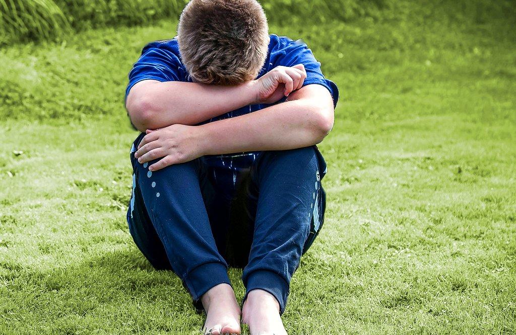 Wenn Kinder wiederholt äußern öfter traurig zu sein, kann das auf eine tiefergehende Beeinträchtigung der Lebensfreude hinweisen. Foto: Myriams-Fotos / pixabay (CC0 Public Domain)
