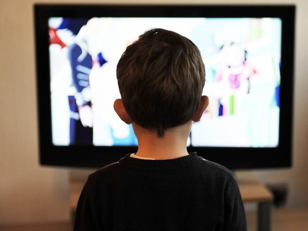 Auch das Fernsehen hat in der Medienwelt von Kindern noch nicht ausgedient. Foto: mojzagrebinfo /pixabay (CC0) (Ausschnitt)