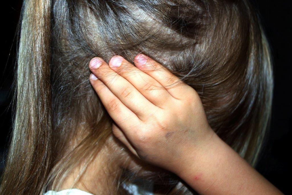 Eltern von Kindern aus Scheidugsfamilien berichteten weitaus häufiger von stressbedingten Kopfschmerzen ihrer Kinder, als Eltern, die noch zusammen lebten. Foto: Counselling / Pixabay (CC0 1.0)