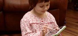 Mobile Geräte ziehen Kinder nahezu magisch an. Foto: Honza Soukup / flickr (CC BY 2.0)
