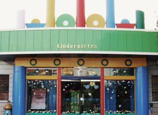 Kindergarten-Eingang - In allen Bundesländern sind in den letzten Jahren die Kitas massiv ausgebaut worden. Foto: Sigismund von Dobschütz / Wikimedia Commons (CC-BY-SA-3.0)