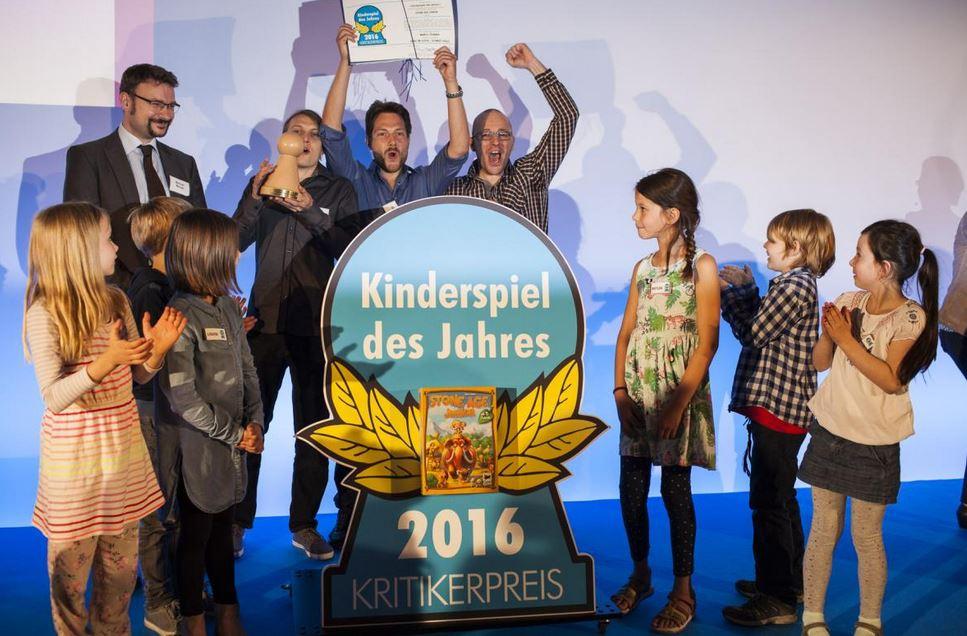 """Die Spiel-Autoren von """"Stone Age Junior"""" mit Testkindern bei der Preisverleihung in Hamburg. Foto: Kinderspiel des Jahres"""